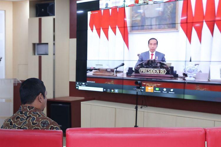 Wali Kota Semarang Hendrar Prihadi sedang menyaksikan Presiden Joko Widodo yang membuka Musrenbangnas 2020 melalui metode telekonferensi, Kamis (30/04/2020).