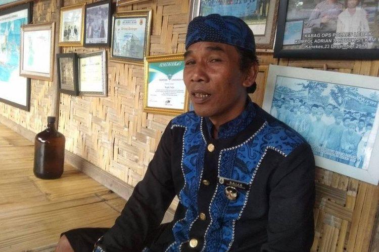 Tetua lembaga adat Baduy Jaro Saija memusnahkan madu palsu sebanyak satu drum dan 20 botol di Kampung Kaduketug, Desa Kanekes, Kecamatan Leuwidamar, Kabupaten Lebak, Minggu (22/11/2020).