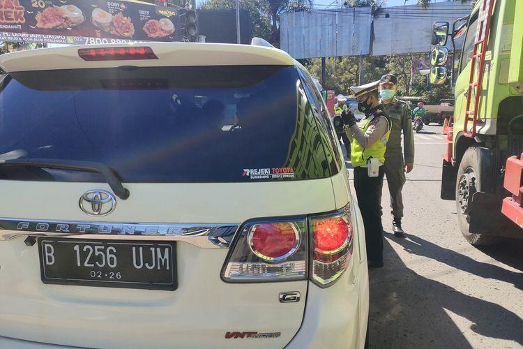 Petugas menyetop kendaraan plat nomor B di pos penyekatan PPKM Darurat di wilayah Jatinangor, Sumedang, Jawa Barat, Selasa (6/7/2021). AAM AMINULLAH/KOMPAS.com Pelanggar protokol kesehatan terjaring razia di Pos Penyekatan PPKM Darurat wilayah barat, Jatinangor, Sumedang, Selasa (6/7/2021). AAM AMINULLAH/KOMPAS.com