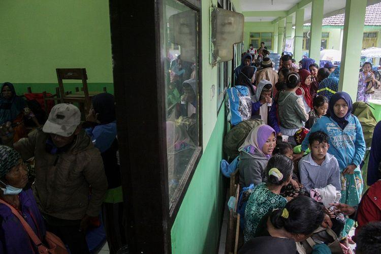 Sejumlah warga tiba di pengungsian di SDN Supiturang 04 Pronojiwo, Lumajang, Jawa Timur, Kamis (3/12/2020). Warga mengungsi setelah terjadi banjir lahar Gunung Semeru akibat hujan turun deras di kawasan tersebut. ANTARA FOTO/Umarul Faruq/aww.
