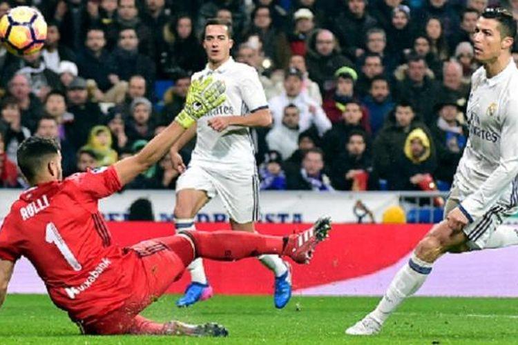 Cristiano Ronaldo menaklukkan kiper Geronimo Rulli ketika Real Madrid menjamu Real Sociedad di Santiago Bernabeu pada lanjutan La Liga, Minggu (29/1/2017).