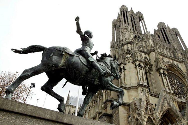 Patung Joan of Arc erletak di halaman depan Katedral Reims, Perancis. (AFP)