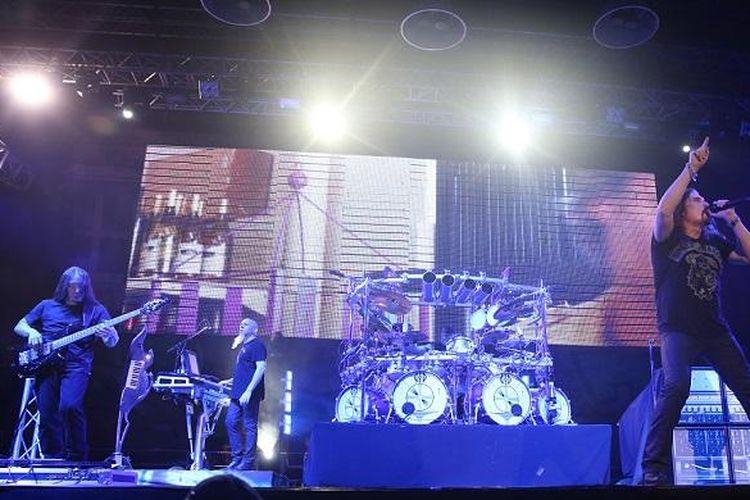 Band metal progresif dari AS, Dream Theater, tampil di Lapangan D Kompleks Gelora Bung Karno, Jakarta, Oktober 2014. Dream Theater meluncurkan album ke-13 mereka, The Astonishing, pada Januari 2016.