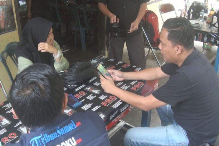 Warga Kota Prabumulih tampak sedang melihat foto-foto dalam posisi tak senonoh yang diduga seorang bidan di salah satu kecamatan di kota tersebut.