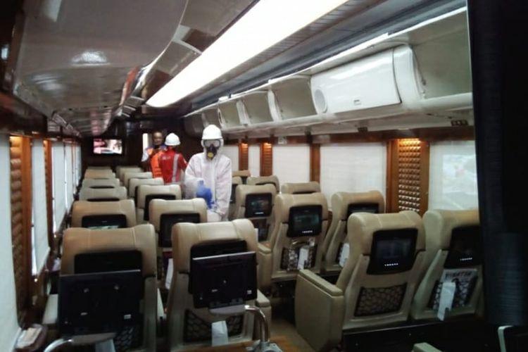 Penyemprotan cairan disinfektan pada kereta api wisata priority dan tematik, Minggu (15/3/2020).