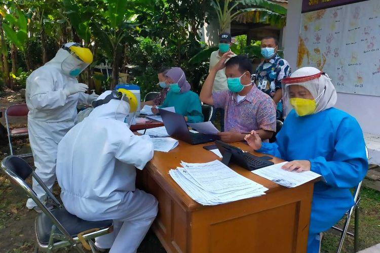 Tim Satgas Covid-19 melakukan tes swab masal terhadap warga Perumahan Dasana Indah, Kabupaten Tangerang, Selasa (4/5/2021).
