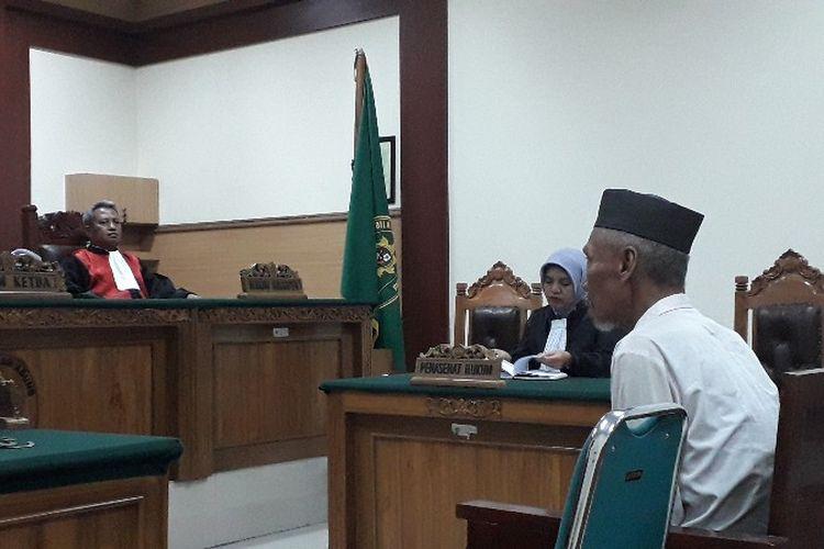 Terdakwa Muhtar Effendi alias Pendi (60) menjalani sidang perdana kasus pembunuhan istri dan kedua anak tirinya di Pengadilan Negeri Tangerang pada Rabu (9/5/2018).