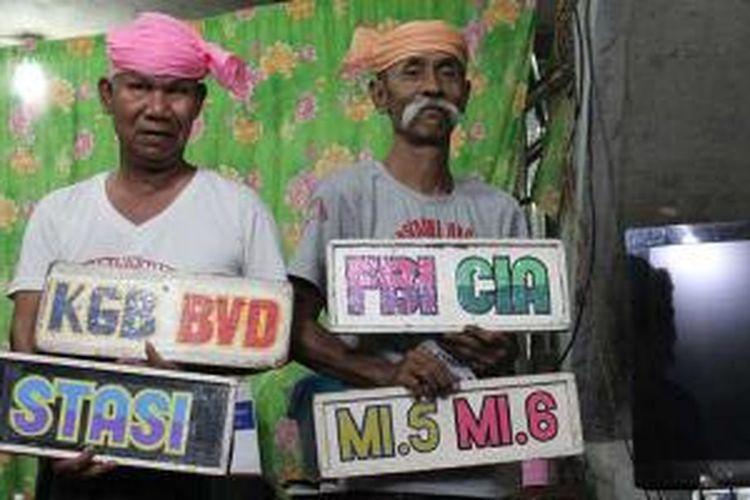 Penampilan Moustache Brothers. Mereke berprofesi sebagai pelawak dan juga aktivis pro demokrasi di Myanmar.