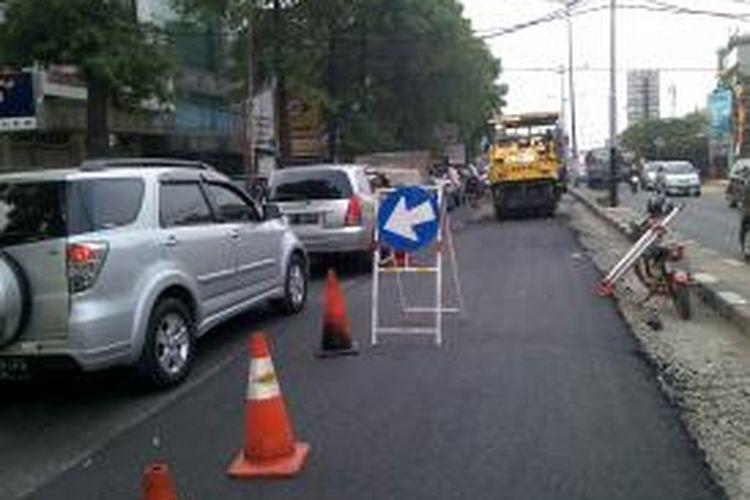 Pelebaran jalan Fatmawati sebagai langkah pembangunan awal Mass Rapid Transit menimbulkan beberapa kendala awal. Seperti kemacetan yang lebih meningkat karena pembangunan jalan dan ternyata juga menyebabkan pedestrian kehilangan tempat jalannya, Fatmawati, Jakarta Selatan, Jumat (4/10/2013)