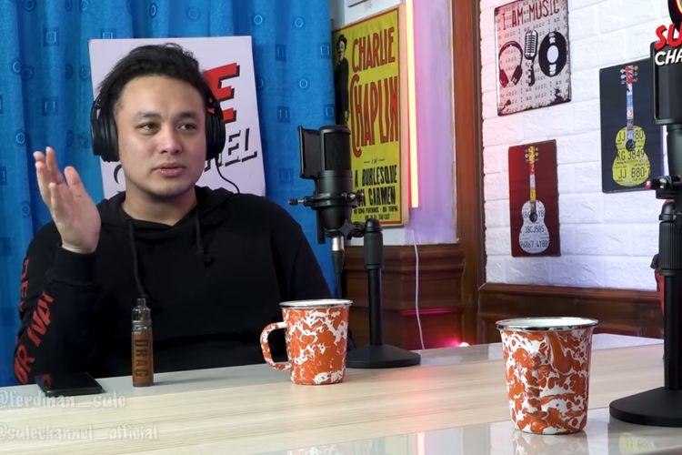 Pembawa acara Gilang Dirga ketika menjadi bintang tamu di podcast Sule