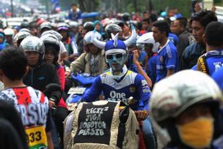 Suporter tim sepak bola Persib konvoi keliling Kota Bandung merayakan kemenangan Persib di laga Indonesia Super League (ISL) 2014, Minggu (9/11/2014). Persib keluar sebagai juara ISL 2014 setelah mengalahkan Persipura.