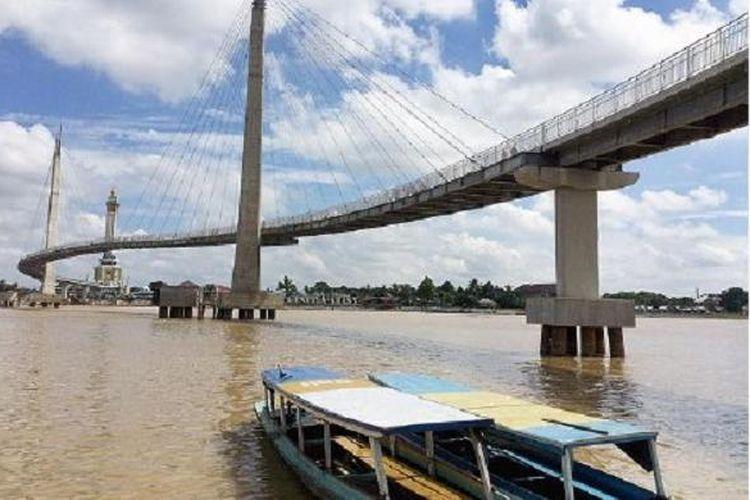 Dengan kondisi minim akan sumber daya alam, Pemerintah Kota Jambi menargetkan wilayah ini sebagai pusat jasa dan perdagangan bagi daerah sekitarnya. Penataan ruang pun diperbaiki. Peluang investasi bagi usaha jasa, pariwisata, dan perdagangan dibuka seluas-luasnya. Inilah suasana di bawah Jembatan Pedestrian, Dermaga Tanggo Rajo, Kota Jambi, Sabtu (16/5/2015).