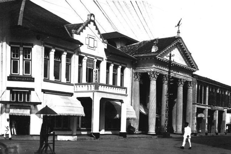 Foto bangunan di Kesawan di Medan yang diambil antara tahun 1918 hingga 1919