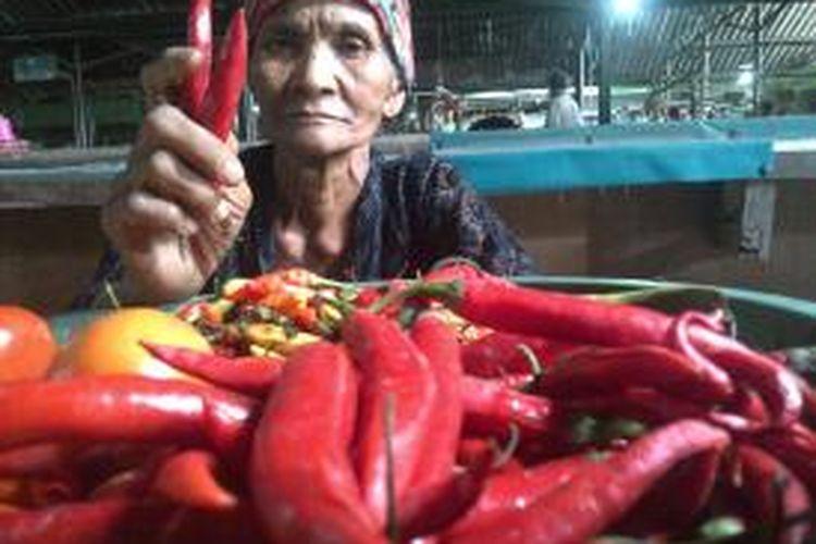 Samiati, seorang pedagang cabai merah di pasar tradisional Klojen, Kota Malang. Jelang natal, harga cabai Rp 1.500 per biji.Selasa (16/12/2014).