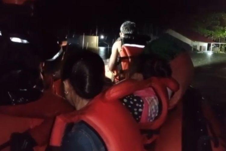 Sebanyak 11 warga Desa Hilimbosi, Kecamatan Sitoluori, Kabupaten Nias Utara, Sumatera Utara, berhasil di evakuasi Basarnas Nias bersama warga setempat akibat terjebak banjir yang melanda daerah tersebut karena hujan deras yang mengguyur seharian.