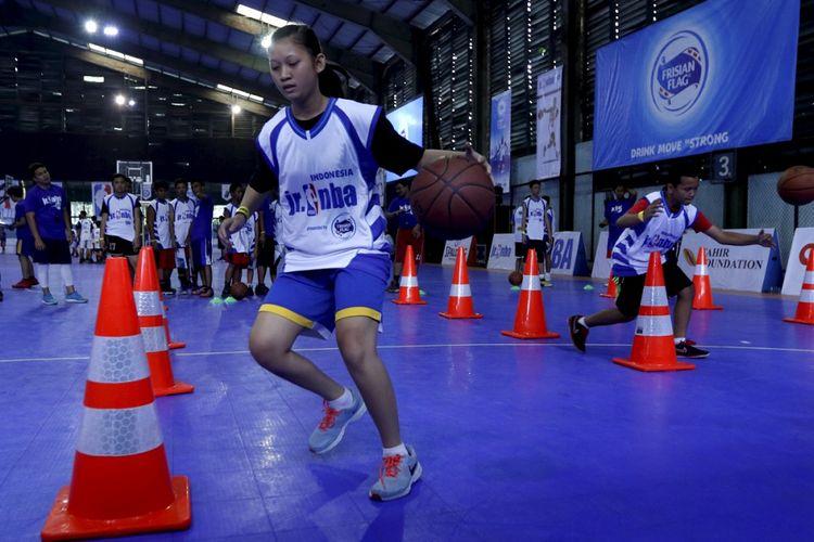 Anak-anak mengikuti tahap selection camp Jr NBA 2017 persembahan Frisian Flag Indonesia di Cilandak Sports Center, Jakarta Selatan, Sabtu (26/8/2017). Sebanyak 32 anak yang terpilih akan dilatih mantan pemain NBA, Sam Perkins pada national training Camp Jr. NBA September mendatang.  KOMPAS IMAGES/KRISTIANTO PURNOMO