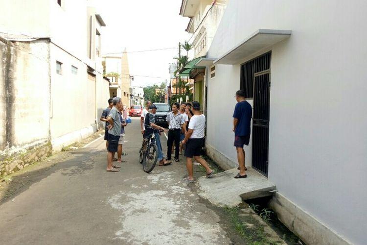 Tim Gegana dengan peralatan lengkap deteksi telah menyisir seluruh perumahan Batan Indah, Kademangan, Setu, Tangerang Selatan, Senin (24/2/2020). Dalam hasil penyisiran, tim gegana menemukan titik yang diduga radiasi nuklir dengan jenis radioaktif caesium 137 di selokan salah satu rumah kawasan Blok M Batan Indah.