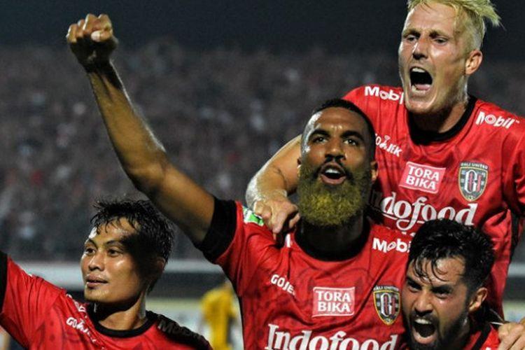 Selebrasi empat pemain Bali United: Dias Angga, Sylvano Comvalius, Nick van der Velden, dan Stefano Lilipaly (dari kiri ke kanan) seusai mencetak gol ke gawang Persela Lamongan pada lanjutan Liga 1 musim 2017 di Stadion Kapten I Wayan Dipta, Gianyar, Minggu (3/9/2017).
