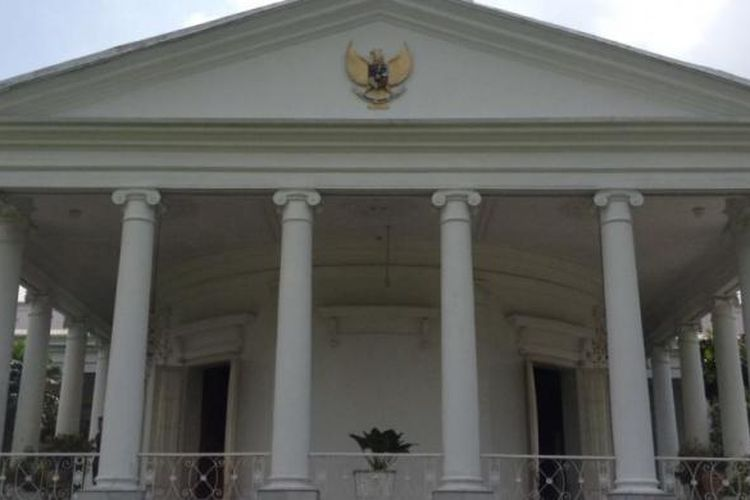 Sisi belakang gedung utama Istana Presiden RI di Bogor. Menjelang Hari Jadi Bogor 3 Juni, setiap tahunnya Istana tersebut terbuka untuk masyarakat yan ingin berwisata ke dalamnya.