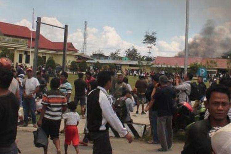 Warga mengungsi di Mapolres Jayawijaya setelah unjuk rasa Senin (23/9/2019).
