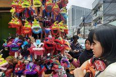 Penjual Barongsai Mainan Raup Untung Saat Perayaan Imlek
