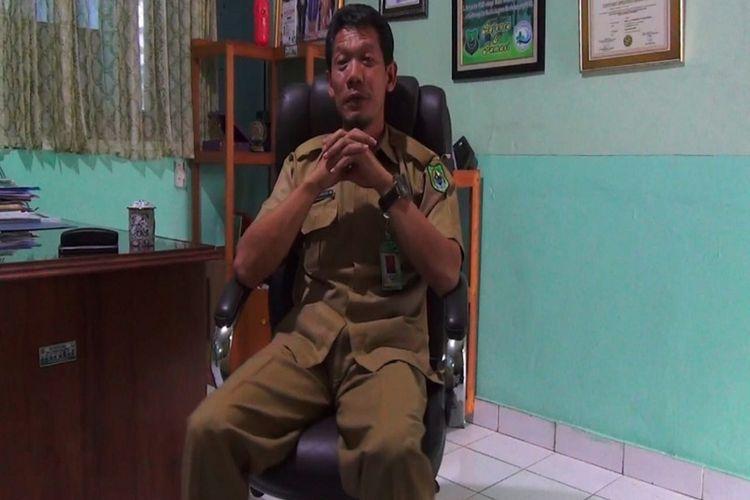 Direktur Rumah Sakit Umum Daerah Kapuas saat memberikan penjelasan kepada Kompas.com di ruang kerjanya