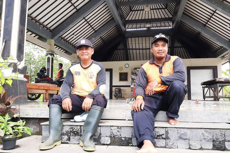Kirno (sebelah kanan) dan Sutrisno (sebelah kiri mengenakan sepatu) petugas pemakaman di TPU Madurejo, Prambanan, Sleman.