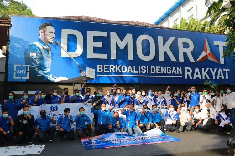 Sejumlah ormas dan organisasi sayap Partai Demokrat menggelar orasi untuk mendukung kepemimpinan Ketua Umum Partai Demokrat Agus Harimurti Yudhoyono (AHY), Rabu (10/3/2021).