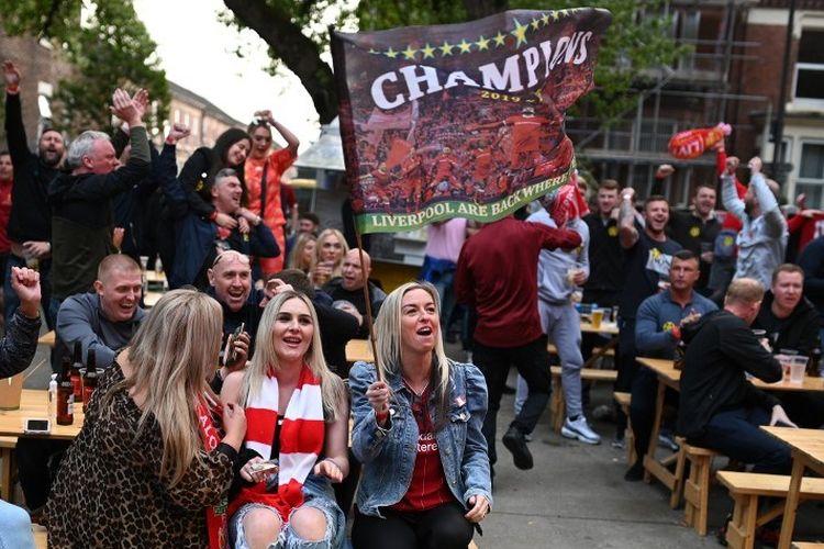 Suasana di luar sebuah bar di dekat Stadion Anfield bertepatan dengan laga Liverpool vs Chelsea dalam lanjutan pekan ke-37 Premier League, kasta teratas Liga Inggris, Rabu 22 Juli 2020.