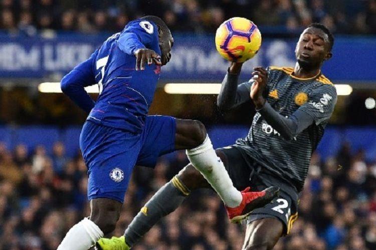N'Golo Kante (kiri) sedang berebut bola dengan gelandang Wilfred Ndidi pada laga Chelsea vs Leicester City dalam pekan ke-18 Liga Inggris di Stadion Stamford Bridge, 22 Desember 2018.