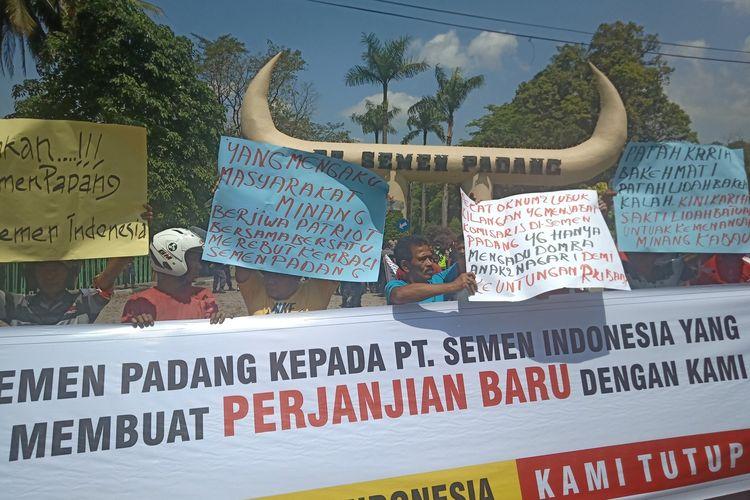 Seratusan warga memblokir pintu gerbang PT Semen Padang menuntut Menteri BUMN membatalkan perjanjian antara ninik mamak dengan PT Semen Padang atau PT Semen Indonesia, Selasa (7/1/2020)