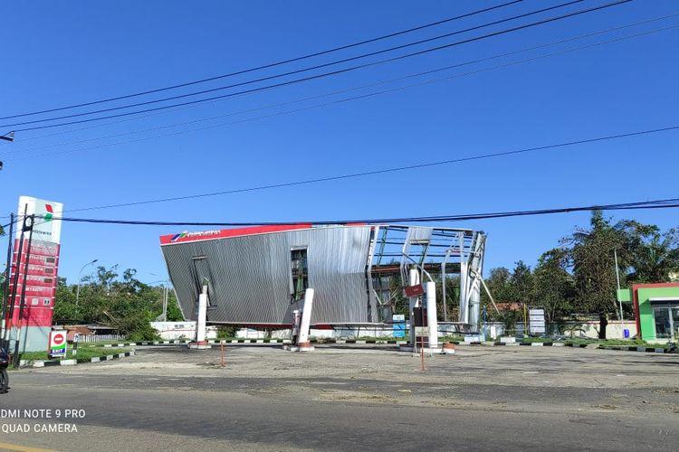 Sebuah stasiun pengisian bahan bakar umum (SPBU) di Kelapa Lima, Kota Kupang, NTT roboh diterjang siklon tropis Seroja