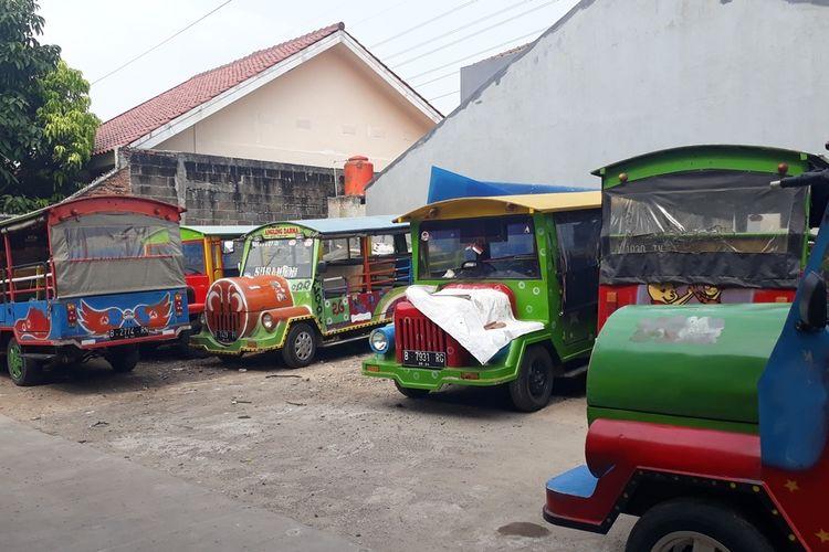 Odong-odong terparkir di Pool Odong-odong, Jalan Manunggal, Kelurahan Kelapa Dua Wetan, Kecamatan Ciracas, Jakarta Timur, Jumat (25/10/2019).