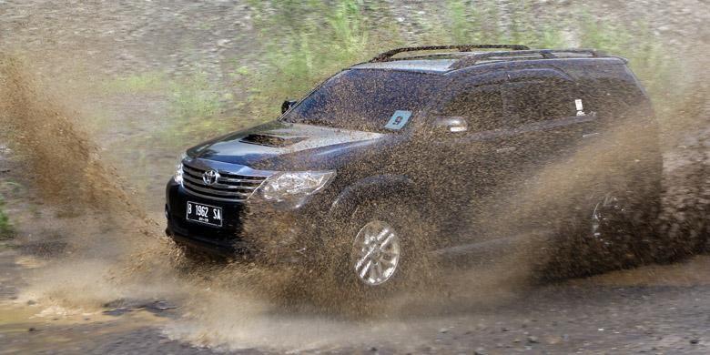 Toyota Fortuner tipe G transmisi otomatis lawas, juga tak mau kalah beraksi.