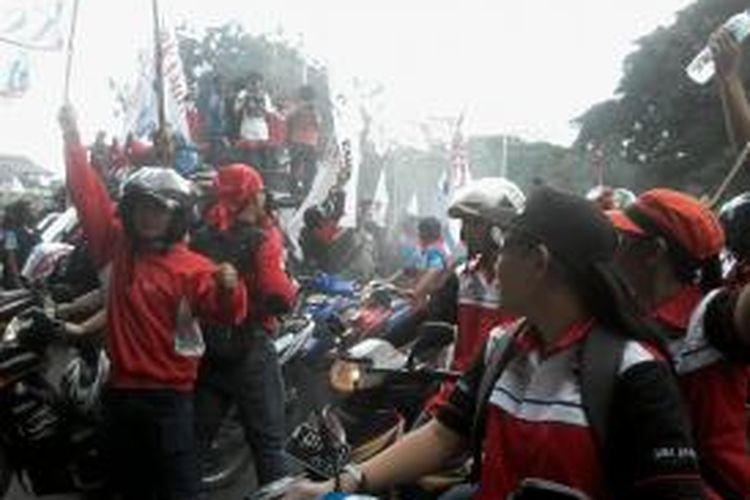 Massa FSB Kamiparho saat aksi bunyikan klakson motor di depan Istana Negara, Kamis (2/5/2014).