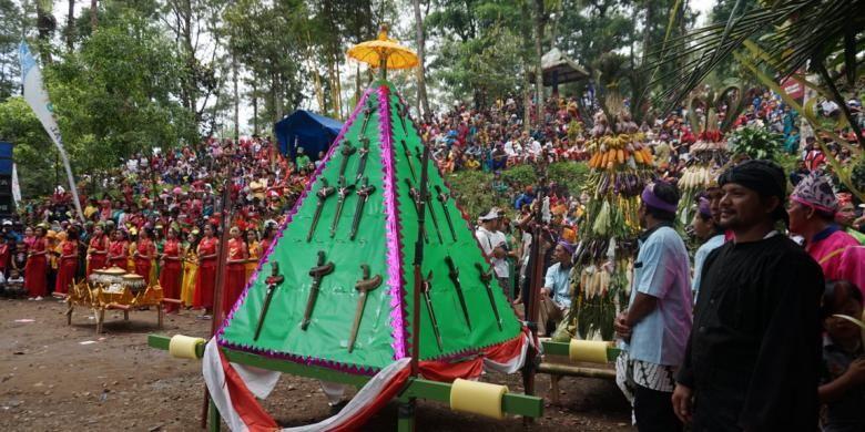 Beberapa pusaka yang dikirab menuju Rowo Bayu, Banyuwangi, Minggu (11/12/2016). Setelah sampai di Rowo Bayu, mereka menggelar drama kolosal Perang Puputan Bayu yang menceritakan perjuangan rakyat Blambangan melawan Belanda dipimpin oleh Pangeran Jogopati.