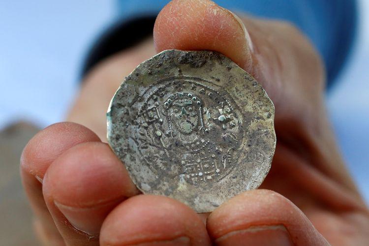 Salah satu kepingan koin emas langka dari abad ke-11 yang ditemukan dalam sebuah bejana perunggu di Caesarea, Israel utara.