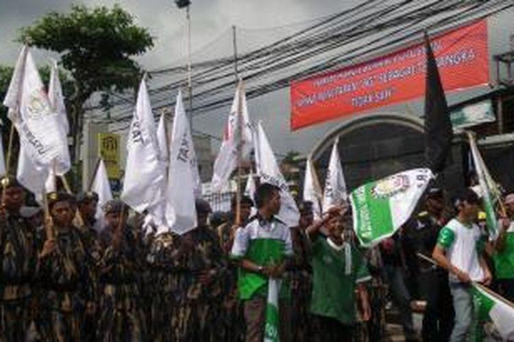 Mahasiswa yang tergabung dalam Ampera (Aliansi Mahasiswa dan Pendukung Praperadilan) berunjukrasa di depan PN Jaksel, saat sidang praperadilan Budi Gunawan, Senin (2/2/2015).