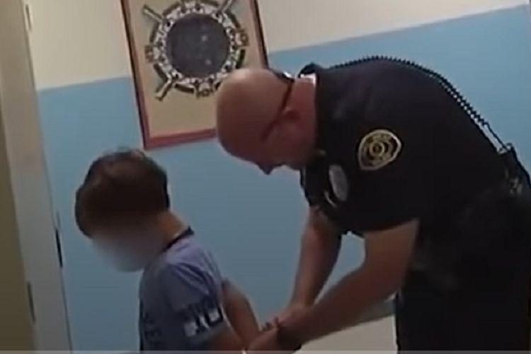 Seorang bocah laki-laki 8 tahun ditangkap usai pukul dada gurunya.