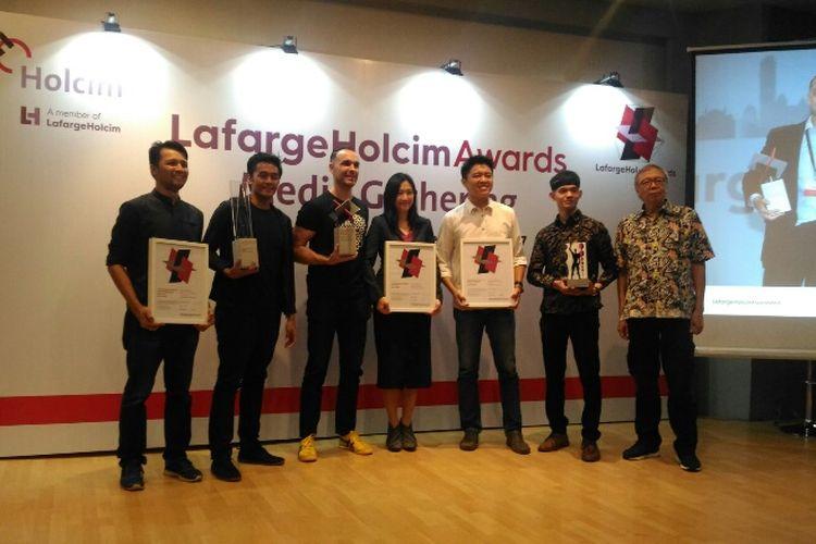 Perwakilan Indonesia yang meraih penghargaan LafargeHolcim Awards 2017 Asia Pasifik saat berfoto di Jakarta Design Center (JDC), Jumat (8/12/2017).