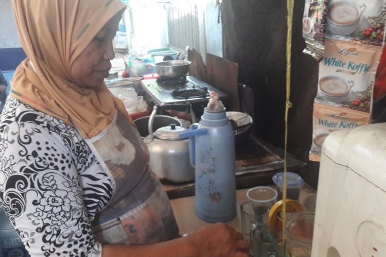 Mutia alias Ema tengah menyiapkan minuman di warungnya di Jalan Melur, dekat Mapolres Metro Jakarta Utara, Jumat (20/4/2018).