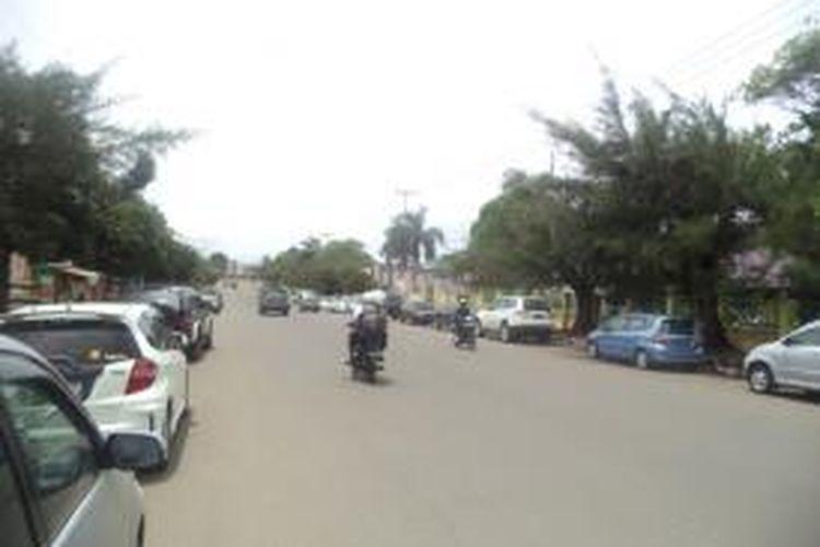 Puluhan kendaraan mobil berjejer di salah satu jalan halaman depan salah satu sekolah di Bengkulu. pihak sekolah meminta polisi untuk melakukan razia rutin bagi para siswa yang membawa kendaraan bermotor dan mobil ke sekolah yang tidak memiliki SIM