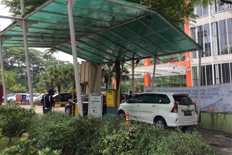 Petugas keamanan memeriksa mobil sebelum masuk area parkir mal Teras Kota, Kota Tangerang Selatan, Selasa (5/9/2017). Pemerintah Kota Tangerang Selatan memberlakukan kenaikan tarif parkir baru bagi kawasan pusat perbelanjaan, perkantoran, hingga penitipan kendaraan di sekitar terminal dan stasiun.