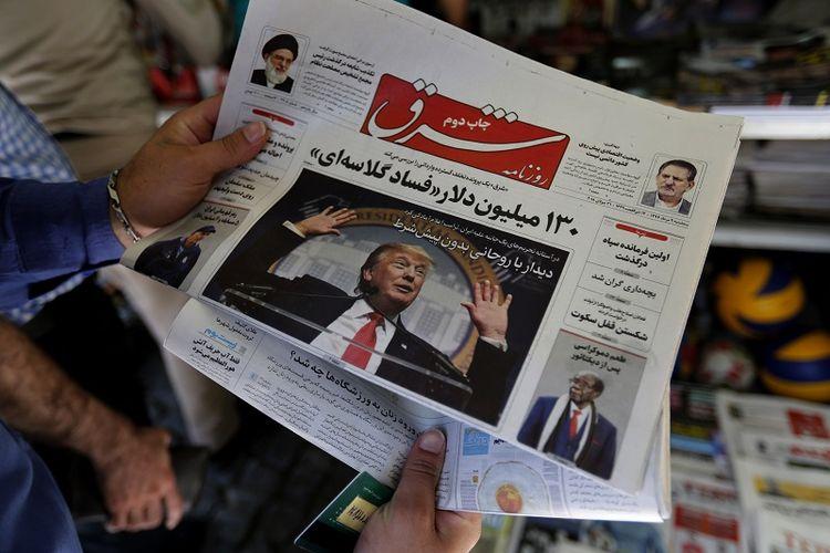 Seorang pria melihat ke sebuah surat kabar dengan gambar presiden AS Donald Trump di halaman depan, di ibu kota Teheran pada 31 Juli 2018.