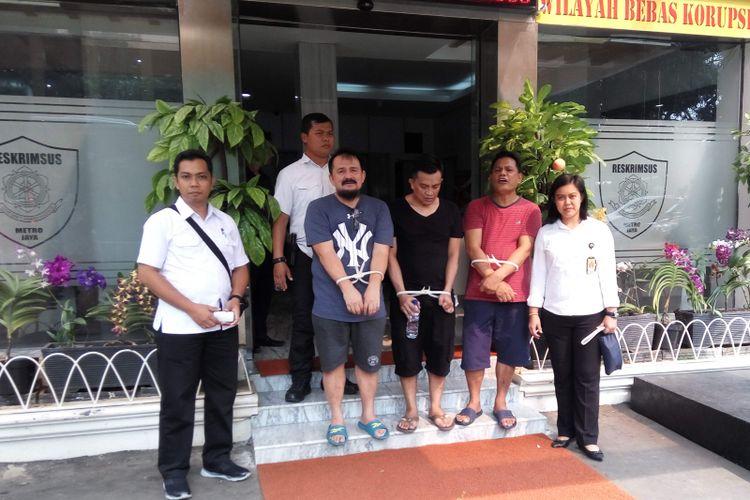 Para tersangka kasus dugaan korupsi sosialisasi Asian Games 2018 sebelum diserahkan ke Kejati DKI Jakarta di Mapolda Metro Jaya, Selasa (2/5/2017).