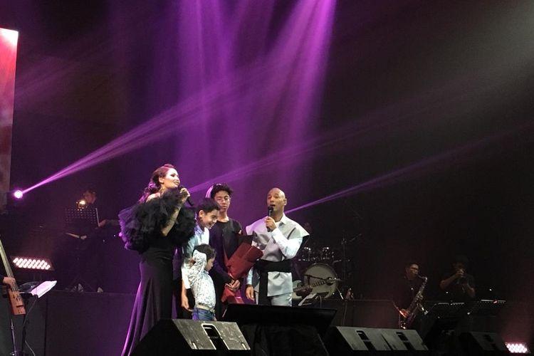 Penyanyi Marcell Siahaan dan sang istri Rima Melati saat mendapatkan kejutan dari anak-anak yakni, Keenan Avalokita Kirana, Edga Ian Cook dan Seth Ananda Siahaan dalam konser Marcell Tujuhbelas di Balai Sarbini, Semanggi, Jakarta Pusat, Jumat (18/10/2019).
