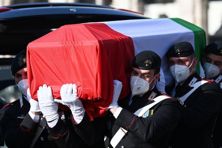 Foto tertanggal 25 Februari 2021 menunjukkan polisi Carabinieri Italia menggotong peti mati berbalut bendera Italia yang berisi jenazah Duta Besar Italia di Kongo, Luca Attanasio, yang tewas ditembak pada Senin (22/2/2021) dalam iring-iringan mobil PBB.