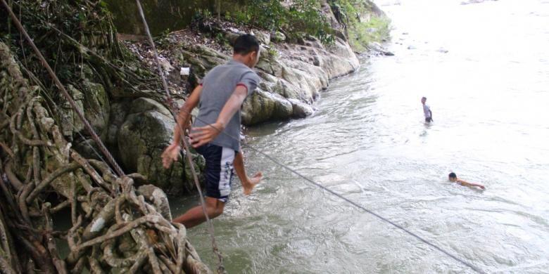 Anak-anak sekitar kawasan ini pun berlompatan tanpa takut dari atas jembatan setinggi tiga meter dari atas permukaan air