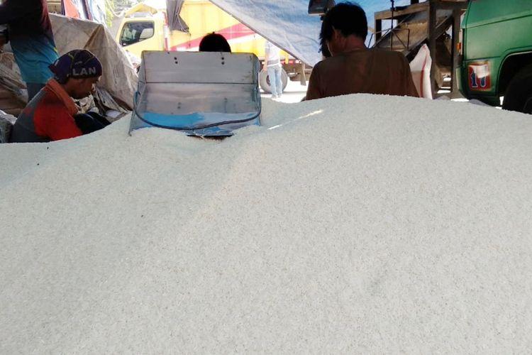 Beras medium di Pasar Induk Beras Cipinang dengan kisaran harga Rp 8.500 hingga Rp 9.000, Kamis (22/11/2018)