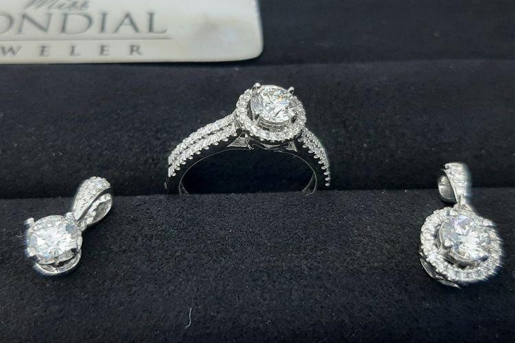 Set perhiasan berlian MEC Ultimate dari Miss Mondial Jeweler.